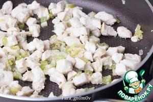 3. Филе промыть, обсушить бумажным полотенцем. Порезать филе мелкими кубиками. Добавить филе к овощам, посолить по вкусу, добавить кориандр и готовить около 10 минут на среднем огне.