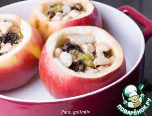 5. Яблоки вымыть, обсушить. С яблок срезать крышечки и аккуратно, с помощью ножа и ложки, вынуть серединку, оставляя стенки толщиной около 1-1,5 см. Если яблоки очень сладкие, то можно предварительно сбрызнуть их изнутри лимонным соком, но это уже дело вкуса. Наполнить яблоки начинкой, оставив сверху место для хлопьев.