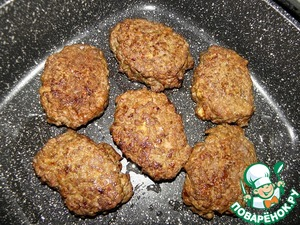Heat the oil in a pan (oil is not abuse.., frying fat will give fat) and quickly fry the patties on each side ( spoon)