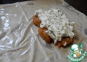 Сливочное масло растапливаем, берем лист теста фило, смазываем его сливочным маслом, выкладываем рыбу, сверху смесь сыра с укропом.