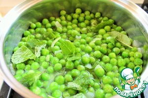 Add in the saucepan the peas and the mint leaves. Pour water enough to lightly cover the peas. I have the frozen peas, and water requires less.  Bring to boil and cook on slow heat for 15-20 minutes. The peas should be soft.