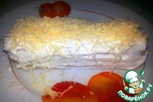 Распределяем остатки творожной массы по верху и по бокам нашего бутербродного тортика))    Затем присыпаем натертым на мелкой терке сыром.
