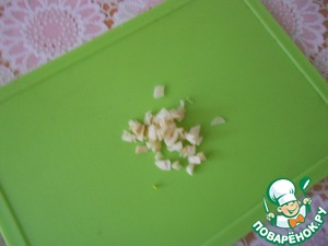 Garlic peel and finely chop.