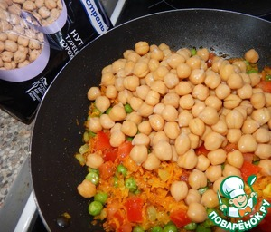 And the boiled chickpeas, salt. Simmer again for 3-5 minutes under the lid, the tomatoes should be soft.