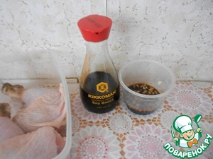 To make the sauce for the marinade-it is to combine soy sauce with chopped garlic, add black pepper, mix well.