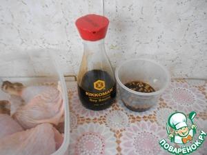 Приготовить соус для маринада-для этого соединить соевый соус с нарезанным чесноком, добавить молотый черный перец, перемешать.