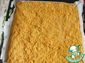 Противень застилаем пергаментом, смазываем его растительным маслом, относительно ровным слоем выкладываем тесто.   Отправляем в слегка разогретую духовку и выпекаем минут 35 при температуре 175 град. - 180 град.