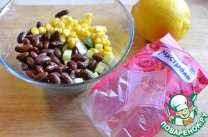 In a bowl, combine the beans, herbs, cucumber, corn. Squeeze a lemon. Slightly prisolit sea salt.