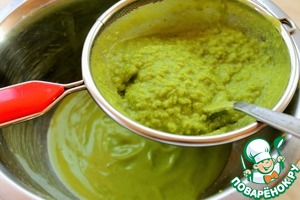 Процедим суп через мелкое сито.   Далее добавляем 2-3 столовые ложки сыра маскарпоне и немного взобьем.    Я как-то добавляла сливочный сыр и тоже был отличный результат.