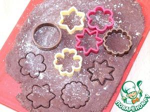 Охлажденное тесто раскатываем (тол. 0,5 см) на присыпанной овсяной мукой доске и вырезаем формочкой печенье.