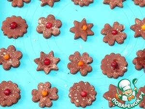 Выкладываем печенье на силиконовый коврик, украшаем ягодами и ставим выпекаться в духовку на 15 минут.