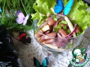 Готовый салат выложить на лист салата и посыпать мелко нарезанным зелёным луком