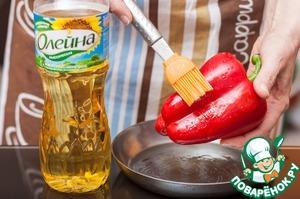 Красный сладкий болгарский перец смазать растительным маслом Олейна и запечь в разогретой до 200С духовке 10 минут или до черных подпалин. Снять кожицу, извлечь семена, порезать кубиком.