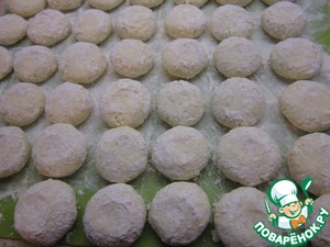 Shape the dough kolobochki the size of a large walnut and flatten them slightly.  Carefully roll in flour.