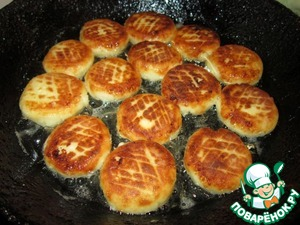 Обжарить сырнички с двух сторон на раскаленной сковороде с растительным маслом.