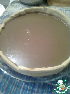 Нашу остывшую основу переложить на блюдо, залить в неё нашу шоколадную начинку. Ставим в холодильник на один час.