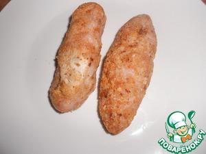 Куриный фарш посолить, приготовить 2 овальные котлеты. Обвалять в панировочных сухарях.
