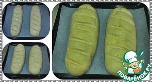 Тесто достать из емкости, обмять его, разделить на две части и каждую из них раскатать батончиком. Сверху сделать несколько косых разрезов, накрыть полотенцем и убрать в теплое место на 40 минут. По истечении времени батоны обмазать яйцом, смешанным с сахаром (это даст нам более румяную корочку), и поставить в заранее разогретую духовку на 25-30 минут при температуре 180 градусов.
