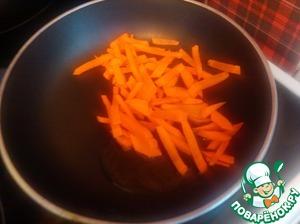 Тем временем обжариваем нарезанную морковь (слегка)