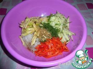 В рабочей чашке соединяем фунчозу, нарезанные овощи и яблоко, укроп. Заливаем подготовленным соусом.
