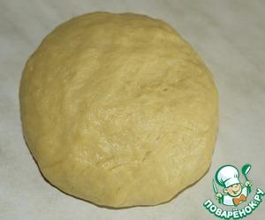 Добавляем теплую воду и муку. Вымешиваем однородное мягкое тесто, которое не липнет к рукам и поверхности стола. Накрываем тесто льняной салфеткой и даем ему отдохнуть 30-40 минут.