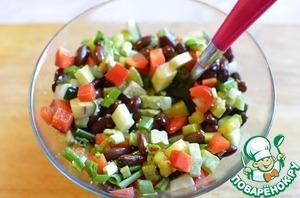 В миске смешать все нарезанные овощи. Добавить порубленный зеленый лук, заправить оливковым маслом, посолить по вкусу. Выложить на салатники листья салата, сам салат, сверху выложить морепродукты и украсить вырезанными цветочками.