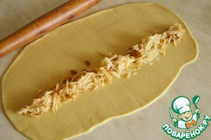 Делим наше тесто на 2-3 равные части (в зависимости от размера вертут) и очень тонко раскатываем тесто в пласт. Толщина теста должна быть как можно тоньше - это и есть секрет вкусной вертуты. Смазываем раскатанный пласт теста растительным маслом и выкладываем нашу начинку.