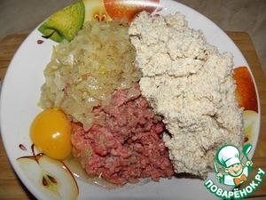 К мясному фаршу добавить лук (слегка обжаренный), яйцо и сухарную смесь. Посолить, поперчить по вкусу, очень хорошо перемешать.