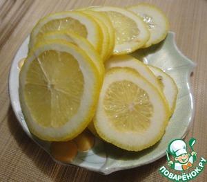 Пока маринуется рыба, нарезаем лимон. Количество кружочков должно равнятся количеству кусочков рыбы.