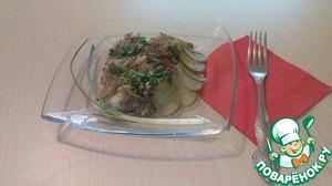 Готовую рыбную запеканку выложить на блюдо, посыпать мелко нарезанной зеленью. У меня был только лук, и вкус он придал блюду очень интересный. Украсить нарезанными кружочками солёного огурца.   Приятного аппетита!