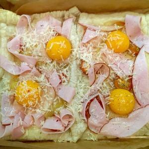 Аккуратно вбиваем яйца. Солим-перчим по вкусу. Если любите-добавьте свои любимые специи. Посыпаем немного сыром и возвращаем в духовку на 10-12 минут.