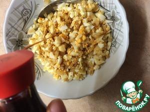 Берем 2ого лука, тоже мелко рубим и жарим на растительном масле до золотистого цвета и снимаем с огня, затем берем вареные яйца рубим и мешаем с луком. Солить не надо! Заливаем соевым соусом