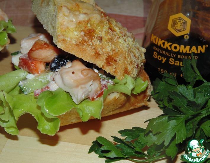 Рецепт: Куриный шашлык с салатом в сэндвиче