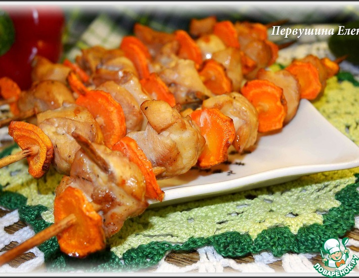 Рецепт: Куриные шашлычки с морковью в винном маринаде