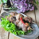 Свиные рулетики с маслинами на шампурах