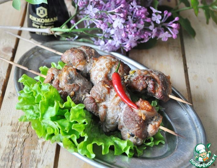 Рецепт: Свиные рулетики с маслинами на шампурах