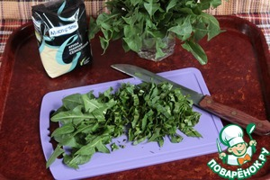 Нарезать листья молодого одуванчика и аналогично отмерить необходимый объем стаканом.
