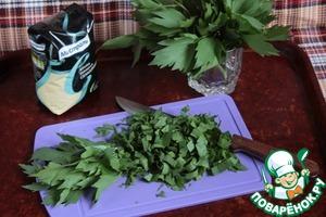 Нарезать и отмерить 1 стакан листвы любистока.