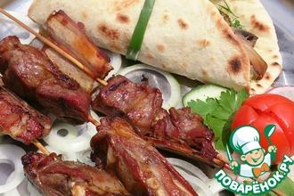 Рецепт: Бараньи ребрышки в соево-гранатовом маринаде