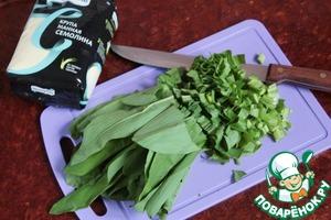 Нарезать и отмерить 1,5 стакана листьев черемши.