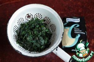 Крапиву и листья одуванчика выложить в дуршлаг и немного отжать от лишней жидкости.