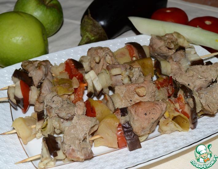 Рецепт: Шашлык из свинины с яблоком и овощами