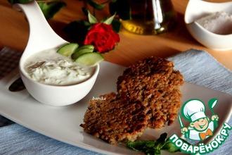 Рецепт: Оладьи из чечевицы и булгура с йогуртовым соусом
