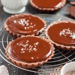 Шоколадные тарталетки с соленой карамелью