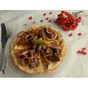 Печень с маринованным луком на блинах