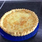 Луковый пирог с колбасным сыром