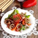 Салат со сладким перцем и гречневым омлетом