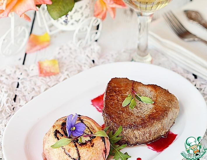 Рецепт: Телятина с фаршированным яблоком и малиновым соусом