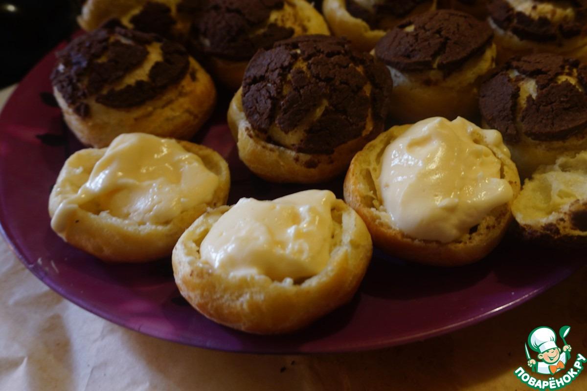 Профитроли с шоколадным штрейзелем и кофейными сливками