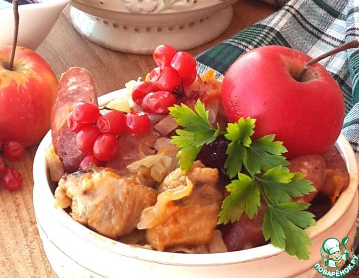 Рецепт: Бигус с яблоками и брусничным вареньем